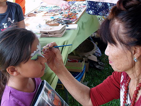 CNY - 2011 - Hilo artist Kathleen Kam 'face painting' a keiki