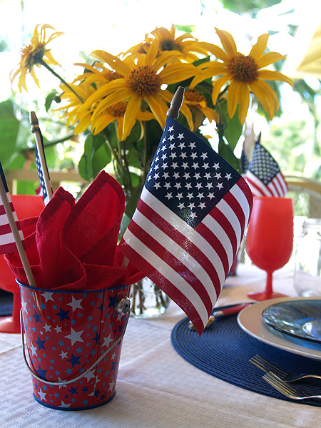 4th July table setting  flags & flowers sm