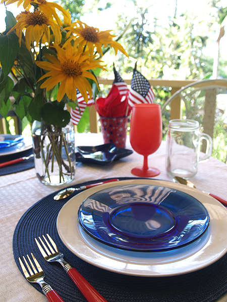 4th July table setting   with flowers 3 sm