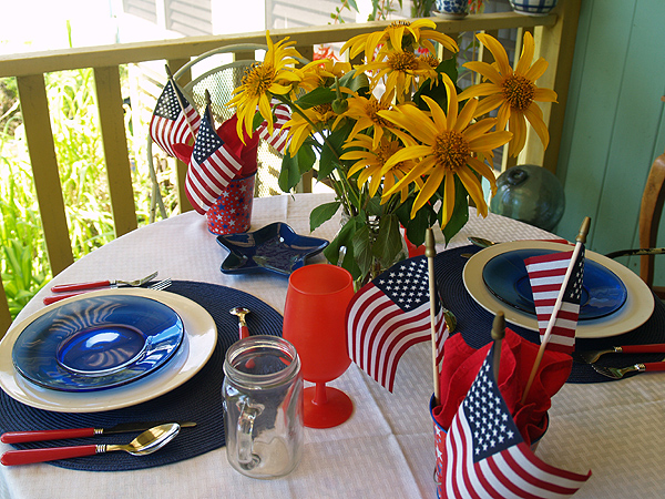 4th July table setting   with flowers 2 sm
