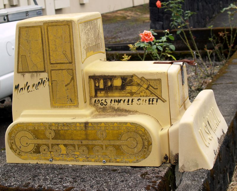 Mail Box - Tractor - Hilo 1