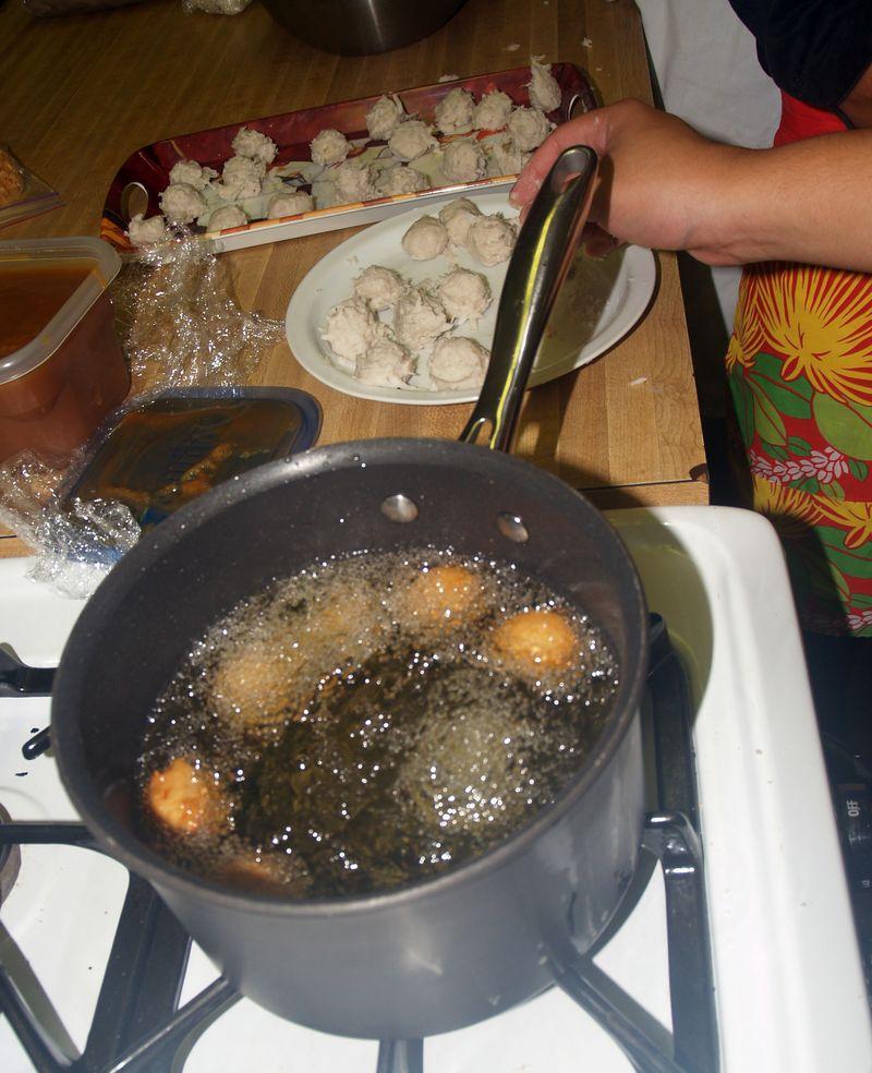 Olelo pa'a - demo - frying casava balls