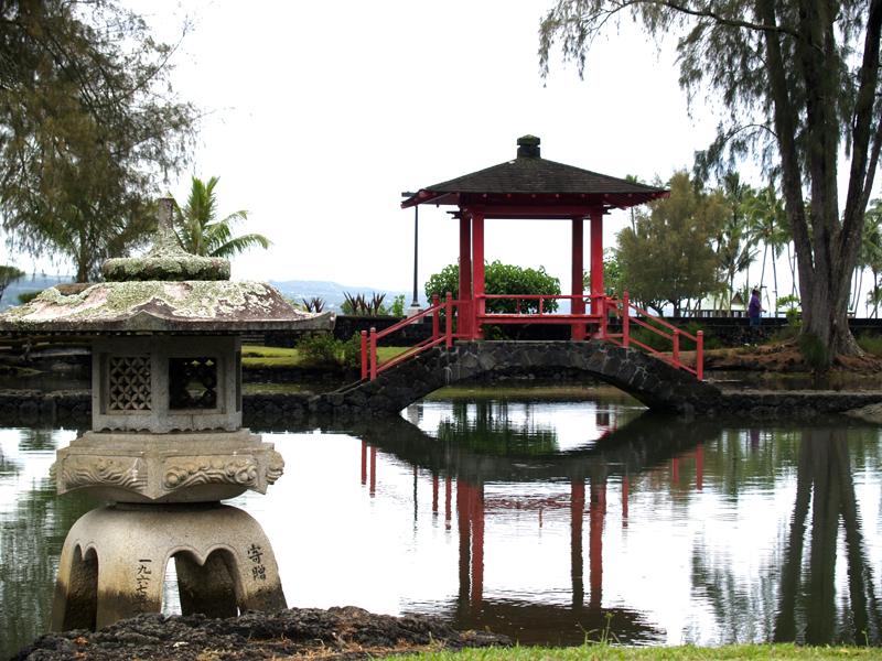 Liliuokalani Gardens - Red pagoda & lantern 3