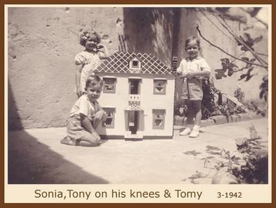 Sonia, Tony and Tomy with doll house - 1942